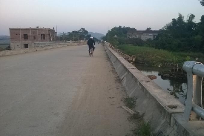 Cầu Trường Học xây xong đã lâu mà chưa hoàn thiện hệ thống lan can (ảnh Duy Ngợi).