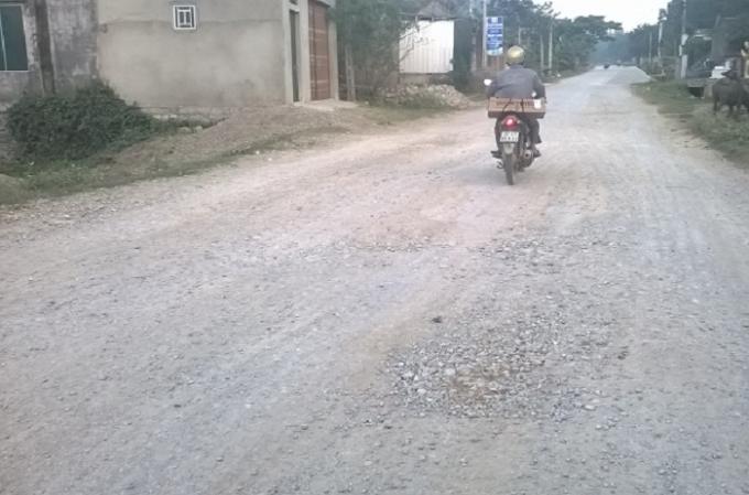 Đoạn đường qua xóm 12, xã Quỳnh Tân bong tróc, lởm chởm đất đá (ảnh Duy Ngợi).