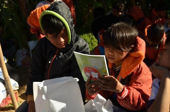 Niềm vui của những em học sinh khi đón nhận món quà ấm áp