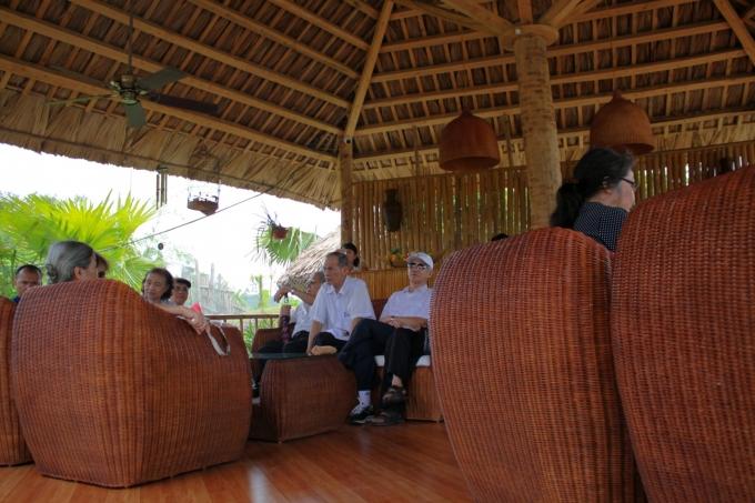 Chiếu nghỉ với trà xanh, chè lam luôn sẵn sàng phục vụ khách.
