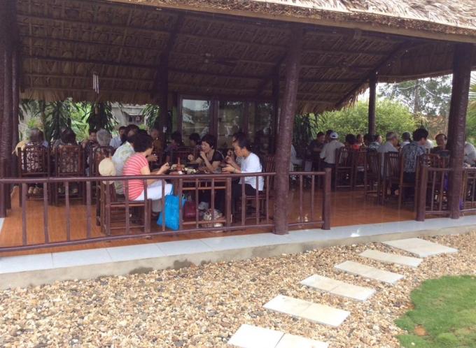 Bữa trưa phục vụ khách tại Công viên Thiên Đức.