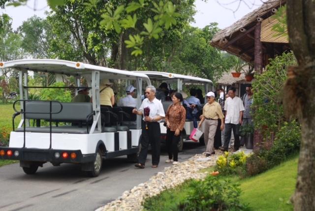 Xe điện của Công viên Thiên Đức luôn sẵn sàng phục vụ khách.