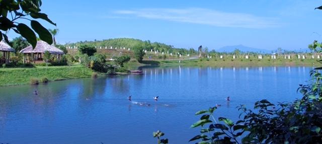Công viên Thiên Đức sở hữu hồ nước rộng 8 ha xanh như ngọc, uốn lượn quanh các quả đồi.