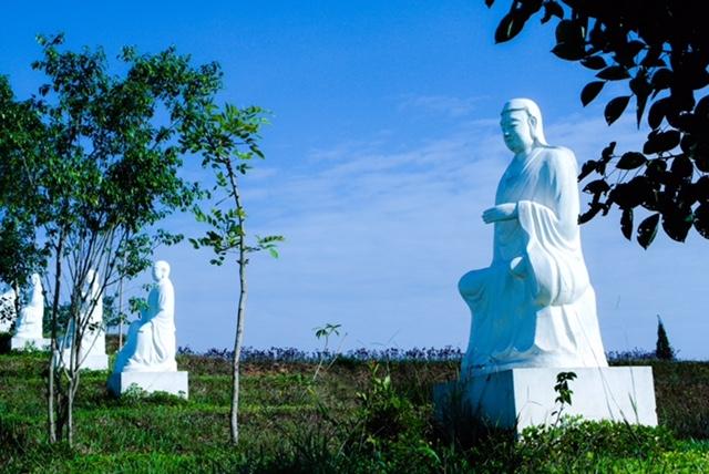 Một quần thể tượng Phật tại Công viên Thiên Đức.