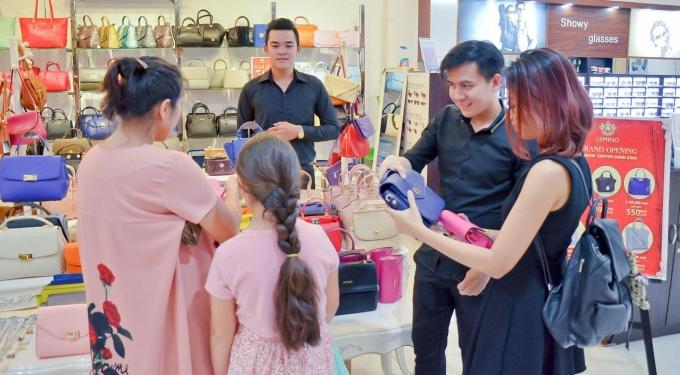 Không chỉ vui mua sắm với hàng loạt khuyến mại vàng – ngàn quà tặng, khách hàng còn được chiêm ngưỡng các chương trình thời trang ứng dụng Vincom Golden Runway vào ngày 16/7 hoặc 23/7.