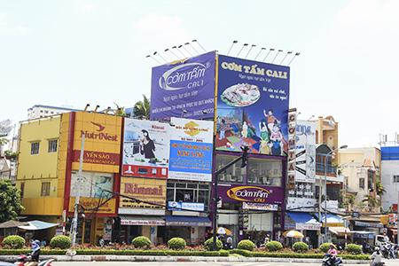 Dẹp biển quảng cáo quá khổ ở Hà Nội, dễ hay khó?