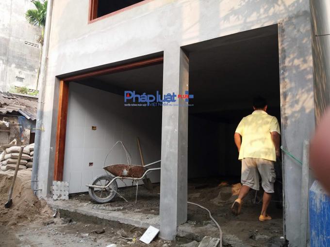 Công trình tại số tại ngách 16/47 đường Đỗ Xuân Hợp, cao đến 3 tầng và đang được công nhân xây dựng