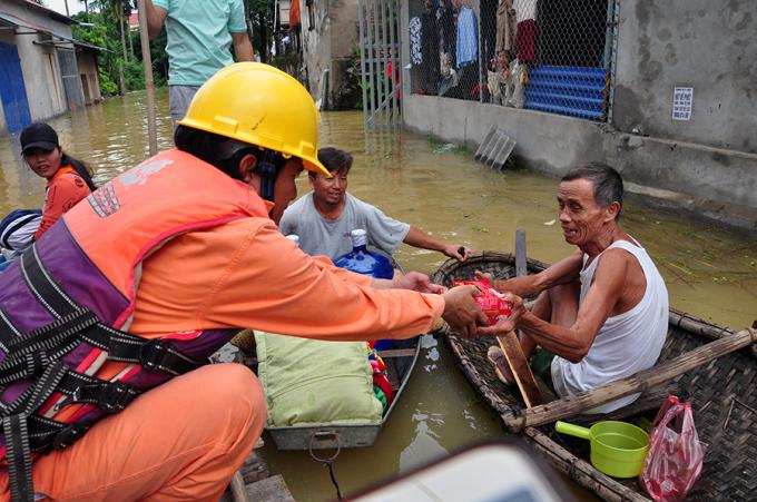 Cứu trợ người dân trong vùng ngập nặng