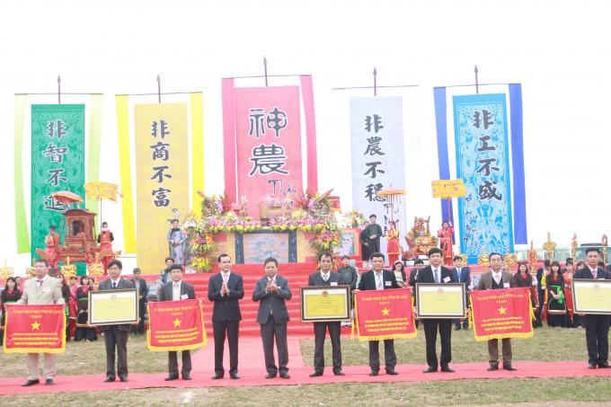 Lãnh đạo tỉnh Hà Nam trao, cờbằng công nhậnvinh danh 19 xã đạt nông thôn mới(Ảnh: Nguyên Tuệ)