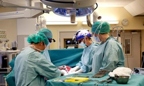 Các bác sĩ Thụy Điển chuẩn bị trước một ca phẫu thuật cấy ghép tử cung từ người hiến tặng còn sống. Ảnh:AP.