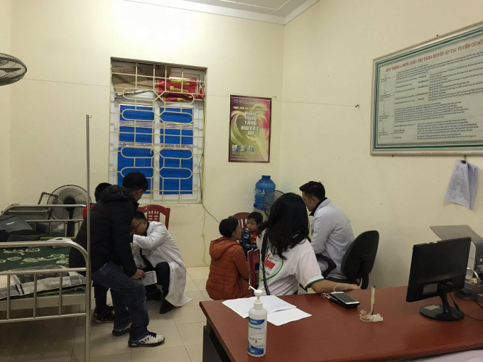 Bác sỹ khám tiết niệu cho trẻ em