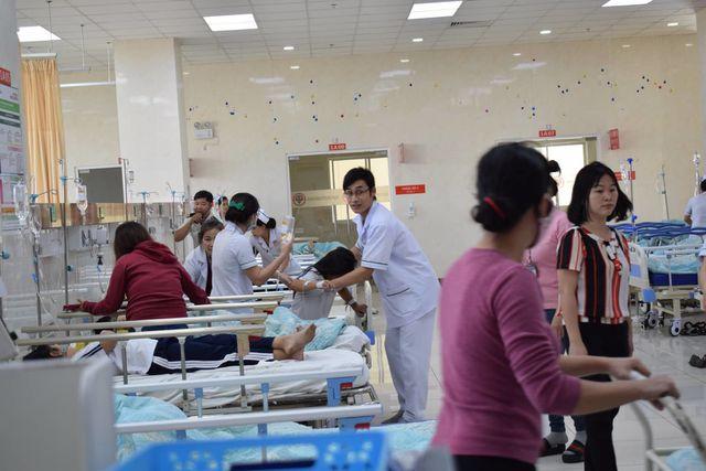 Các trẻ em bị ngộ độc được đưa vào bệnh viện cấp cứu.