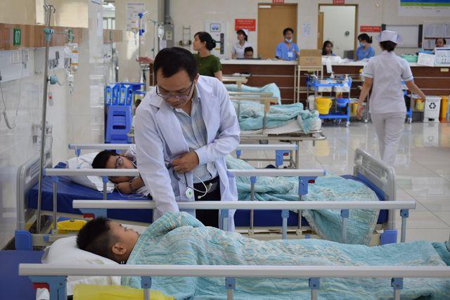 Bác sĩ đang thăm khám bệnh nhân.