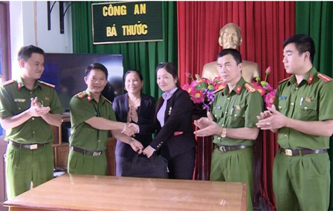 Cô giáo Nguyễn Thị Phương nhận lại số tiền và tài sản bị đánh rơi. (Ảnh: Đình Hợp)