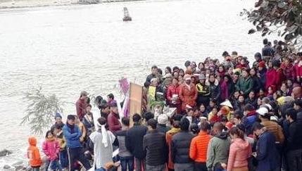 Đau thương phủ kín vùng biển xã Hải Thanh khi hàng trăm người thân tham dự lễ chiêu hồn các thuyền viên tại bờ biển.