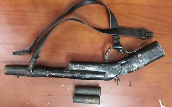 Khẩu súng tự chế mà hai đối tượng dùng để bắn trả lại người dân. (Ảnh: CA Thanh Hóa)