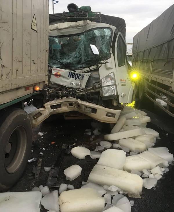 Tai nạn nghiêm trọng giữa xe tải và container khiến 1 phụ xe tử vong (Ảnh: Hữu Hắc)