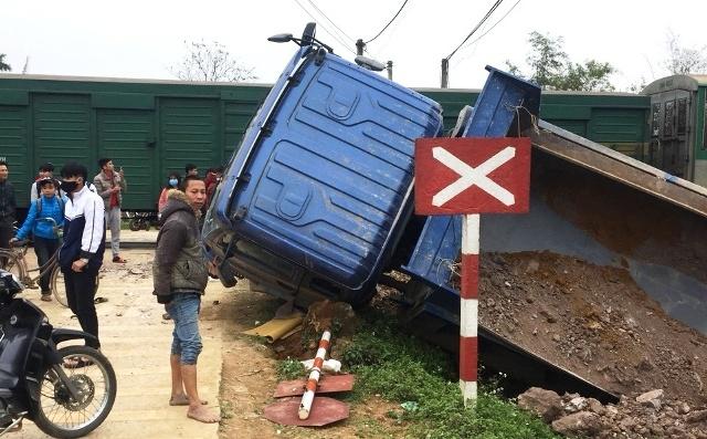 Hiện trường xe tải chở đất bị tàu húc văng ra ngoài