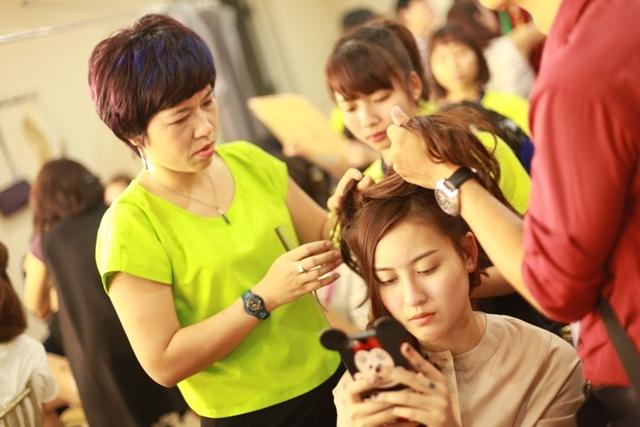 Nhà tạo mẫu tóc Hòa Ân đang sáng tạo