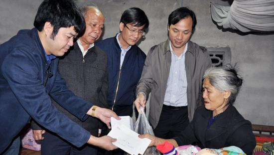 Đoàn đến thăm bà Phạm Thị Hoài tại thôn Hợp Trùa, xã Hương Minh.