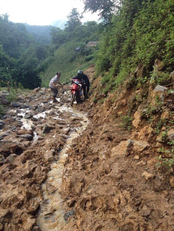 Cảm động hành trình lội bùn, trèo đèo, vượt suối đón khai giảng của giáo viên vùng cao