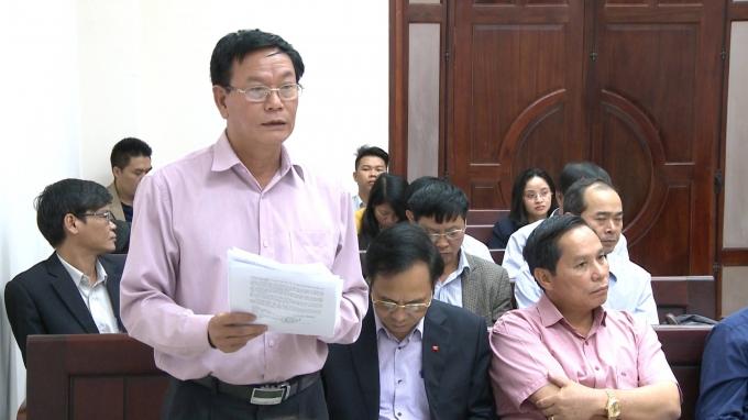Ông Nguyễn Mạnh Cường- Giám đốc Sở Xây dựng Quảng Ninh (đứng) trả lời HĐXX.