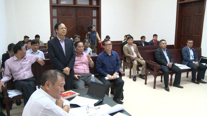 Ông Đặng Huy Hậu (đứng) - Phó chủ tịch UBND tỉnh Quảng Ninh trả lời các câu hỏi của HĐXX.
