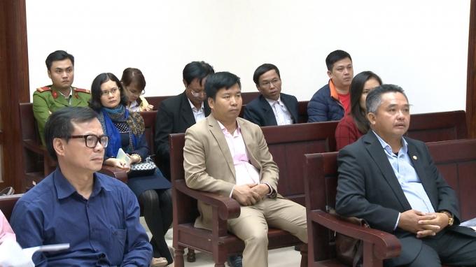 Ông Nguyễn Quốc Hoài (người ngồi bên phải)- Giám đốc Công ty Hoài Nam kiện UBND tỉnh Quảng Ninh ra tòa.