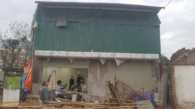 Công trình của gia đình bà Trần Thị Bé gần hoàn thiện thì chính quyền quận Nam Từ Liêm và phường Cầu Diễn lại ra quyết định cưỡng chế khiến gia đình rất bức xúc.