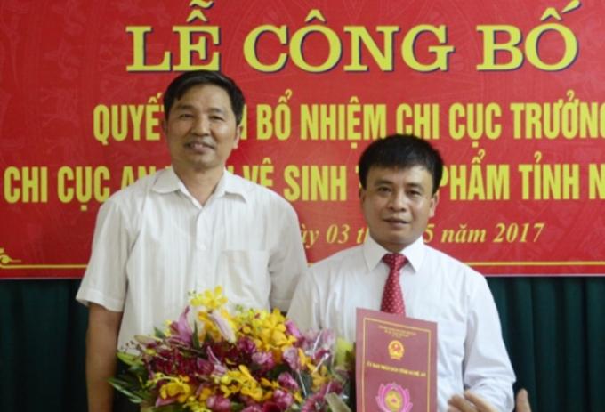 Ông Chu Trọng Trang (bên phải) tại lễ công bố quyết định bổ nhiệm Chi cục trưởng Chi cục ATVSTP Nghệ An.