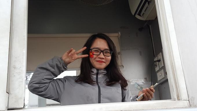 Nữ nhân viên soát vé ô tô tại Nội Bài đang háo hức chờ đón các cầu thủ.