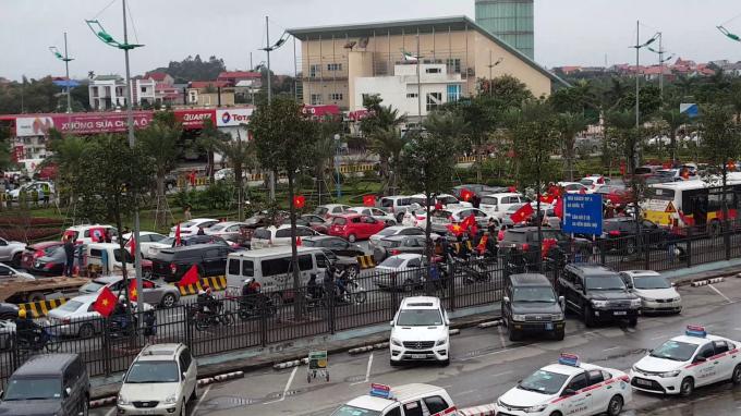 Hàng nghìn người hâm mộ đang có mặt tại Nội Bài để đón các cầu thủ.