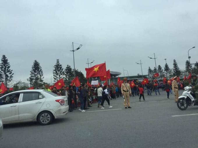 Người hâm mộ đang sẵn sàng chào đón các cầu thủ U23 Việt Nam.              Nữ nhân viên soát vé ô tô tại Nội Bài đang háo hức chờ đón các cầu thủ.