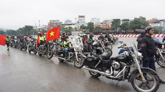 Hàng nghìn người hâm mộ tại sân bay Nội Bài chào đón các tuyển thủ U23 Việt Nam