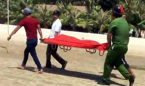 Lực lượng chức năng đưa nạn nhân đuối nước lên bờ.