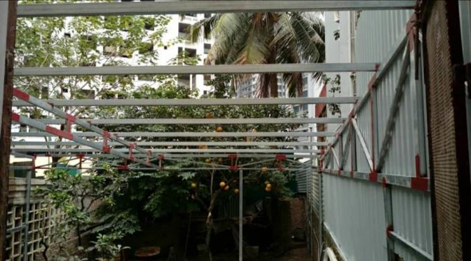 Nhà ông Ký dựng khung sắt trong vườn để phục vụ sinh hoạt nhưng UBND phường Phú Diễn yêu cầu tháo dỡ.