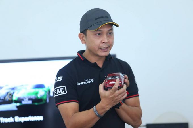 Nguyễn Hồng Vinh kể đam mê lớn nhất của anh là ô tô. Ảnh: NVCC