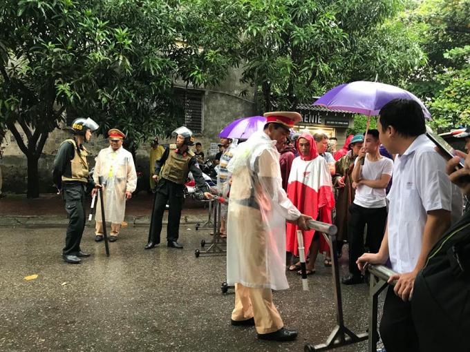 Live: Lực lượng đặc nhiệm đang vây bắt đối tượng tử thủ trong nhà dưới trời mưa tầm tã
