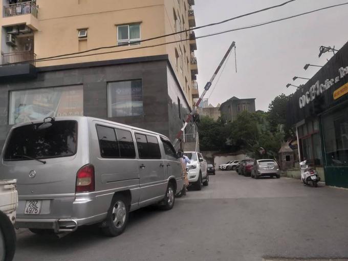 Tình trạng trông giữ xe trái phép tại 137 Nguyễn Ngọc Vũ, phường Trung Hòa vẫn ngang nhiên diễn ra.