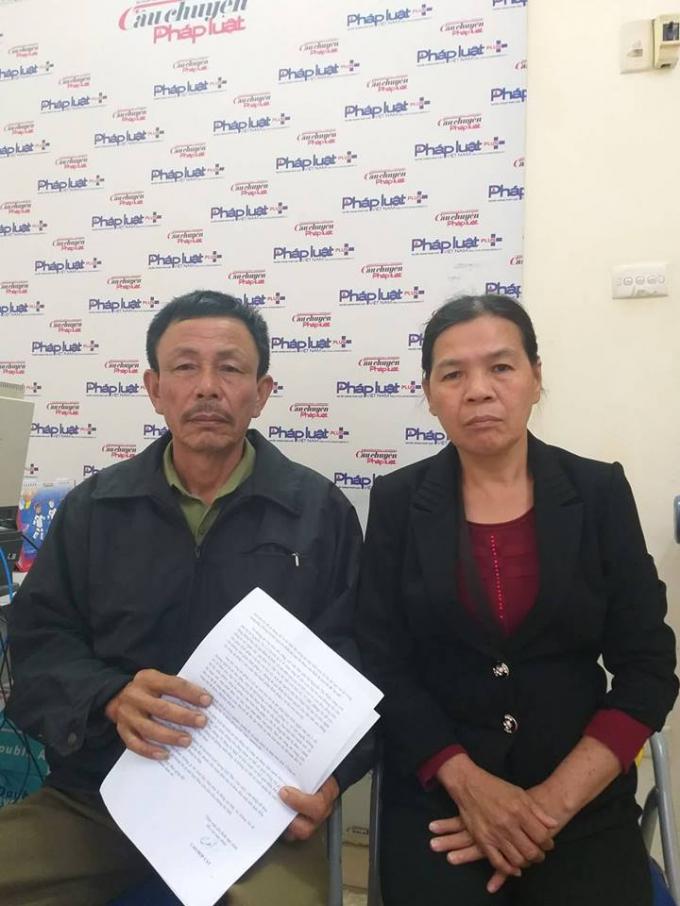 Vợ chồng ông Cao Hợp Cát trình bày sự việc tại tòa soạn Pháp luật Plus.