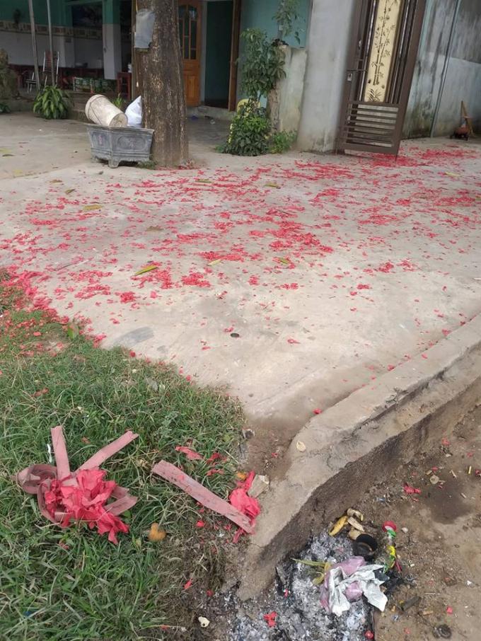 Xác pháo đỏ rực trên QL48 thuộc địa bàn xã Quỳnh Châu và xã Nghĩa Thuận thuộc huyện Nghĩa Đàn.