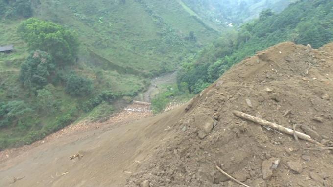 Bắc Kạn: Dự án đường hơn 800 tỷ đồng, nhà thầu đổ hàng nghìn m3 đất thải không đùng quy đinh - Ảnh 6