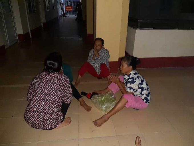 Người thân chắp tay cầu nguyện cho sản phụ.