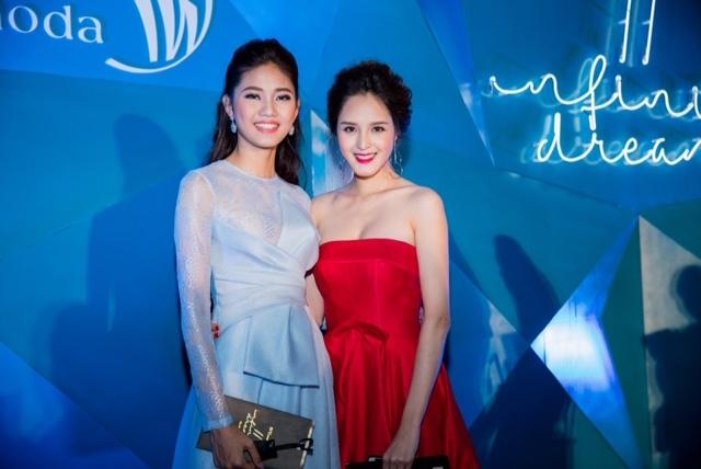 Á hậu Thanh Tú (bên trái).