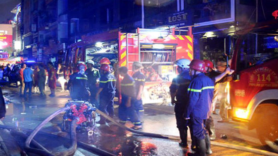 Lực lượng PCCC có mặt triển khai dập lửa ở khu phố Tây