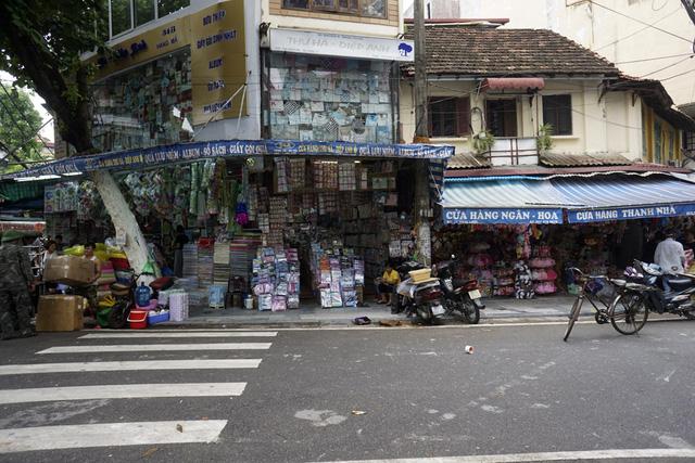 Trên một tuyến phố thuộc phố cổ Hà Nội, việc bày bán hàng hóa ra ngoài vỉa hè lại tái diễn, 5 tháng sau
