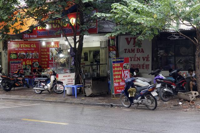 Một quán ăn uống trên phố Thụy Khuê chiếm dụng gần hết vỉa hè.