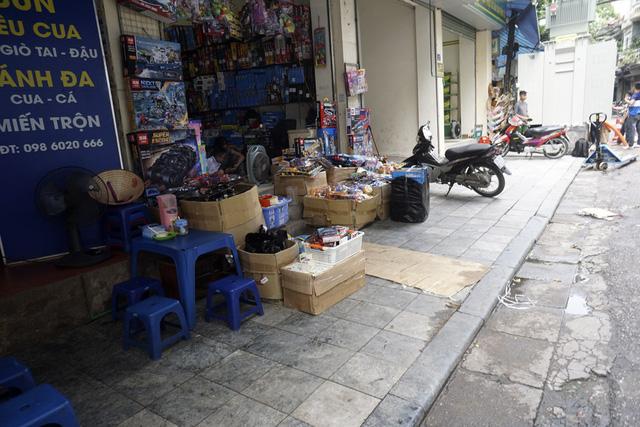 Vỉa hè phố Ngõ Gạch, hàng hoá và xe máy để lộn xộn. Đầu tháng 3/2017, Hà Nội khởi động