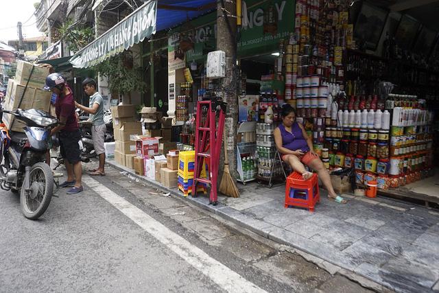 Hàng hóa lấn hết đường dành cho người đi bộ phố Hàng Buồm.