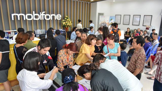 Điểm giao dịch của nhà mạng MobiFone trên đường Nguyễn Chí Thanh cũng chật kín người dân tới làm thủ tục bổ sung thông tin thuê bao.